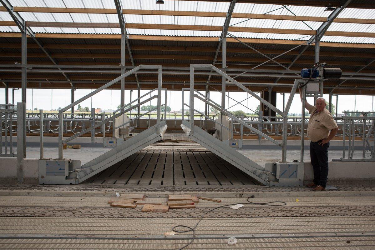 Veel arbeidsgemak in stal voor 300 koeien melkvee100plus - Carrousel vloer ...
